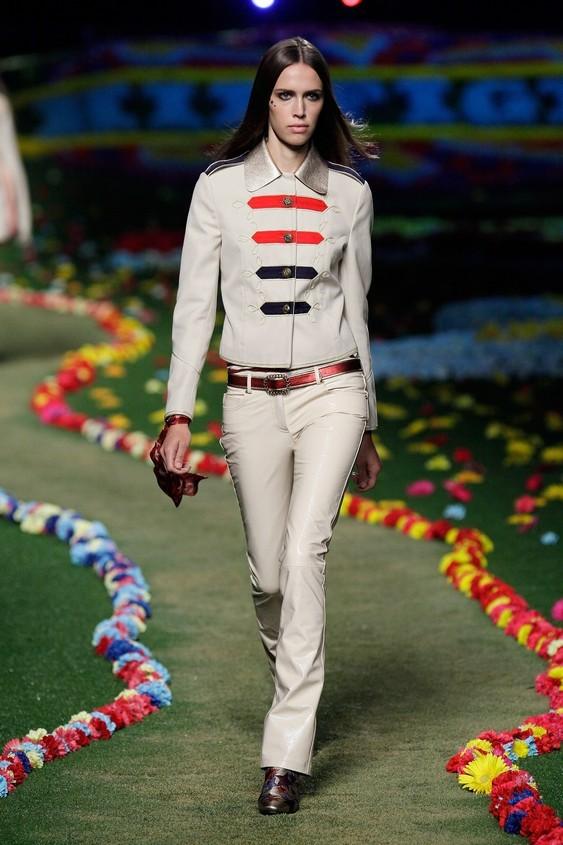 Completo giacca-pantalone in stile militare, nella tonalità del beige