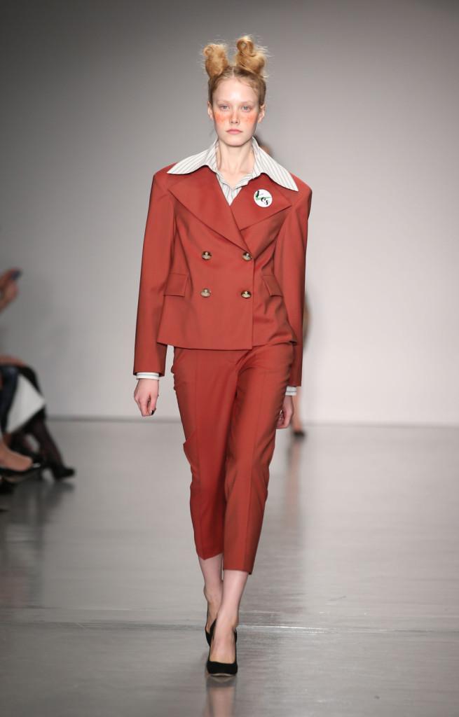 Vivienne Westwood Red Label, LFW, Primavera-estate 2015: completo color ruggine con giacca anni Ottanta a spalle larghe e doppio petto, camicia con collo oversize