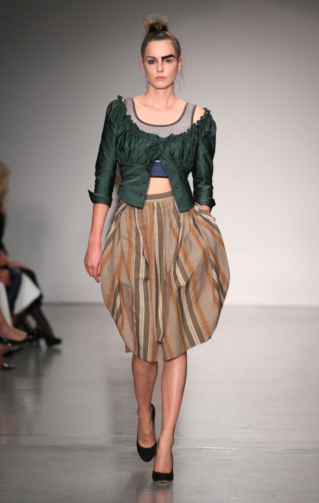 Vivienne Westwood Red Label, LFW, Primavera-estate 2015: gonna a palloncino a righe verticali e corsetto vittoriano con ruches in tinta ottanio