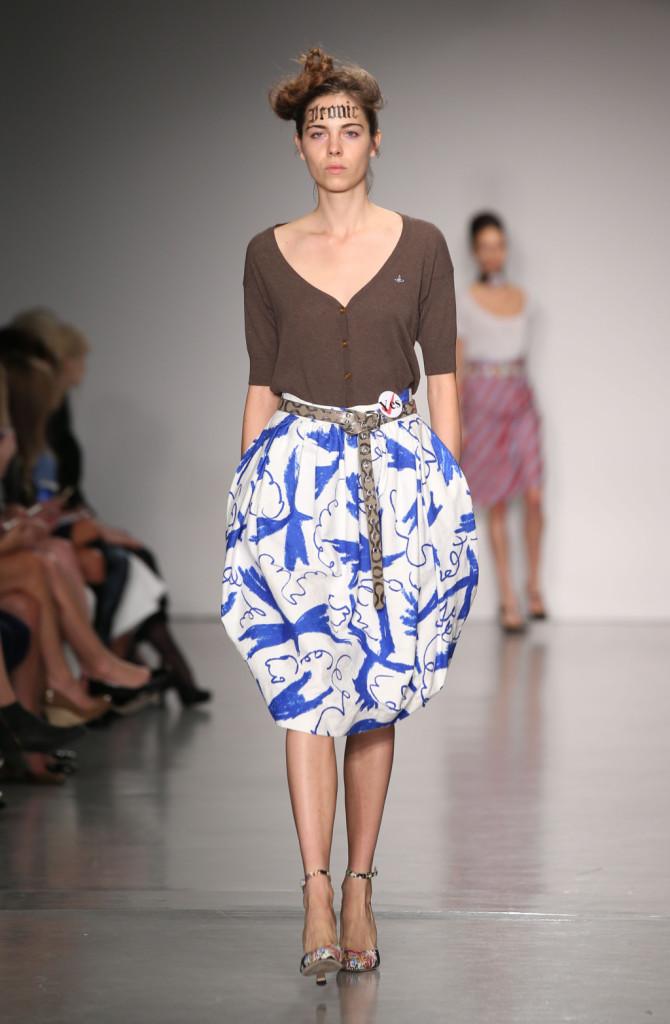 Vivienne Westwood Red Label, LFW, Primavera-estate 2015: gonna fantasia a palloncino bianca e blu elettrico su serafino grigio scuro
