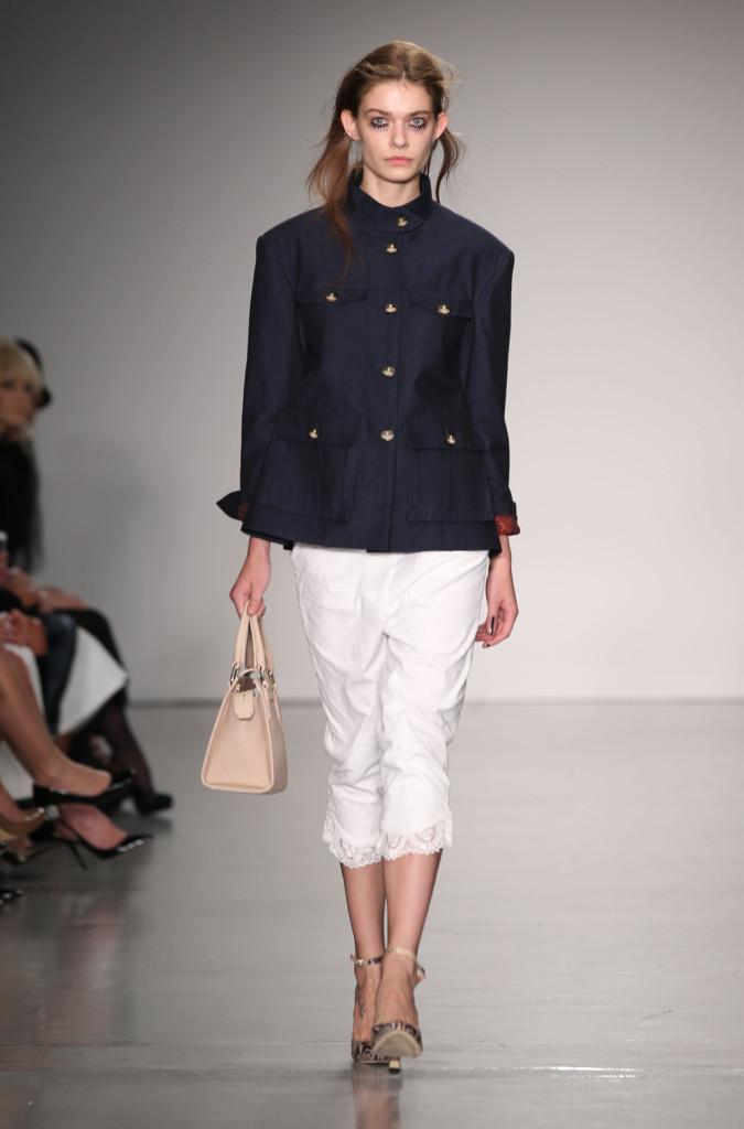 Vivienne Westwood Red Label, LFW, Primavera-estate 2015: giacca militare blu navy su pantaloni bianchi 3/4 impreziositi con decorazione in pizzo sul bordo