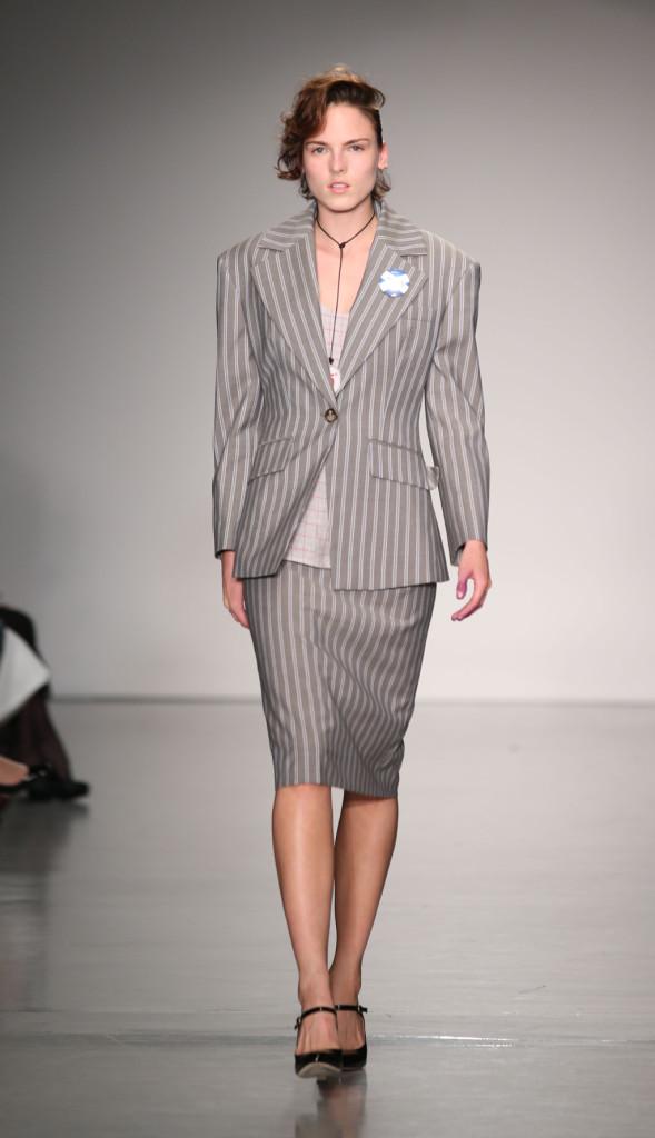 Vivienne Westwood Red Label, LFW, Primavera-estate 2015: completo a righe gessato grigio con giacca a spalline voluminose e longuette