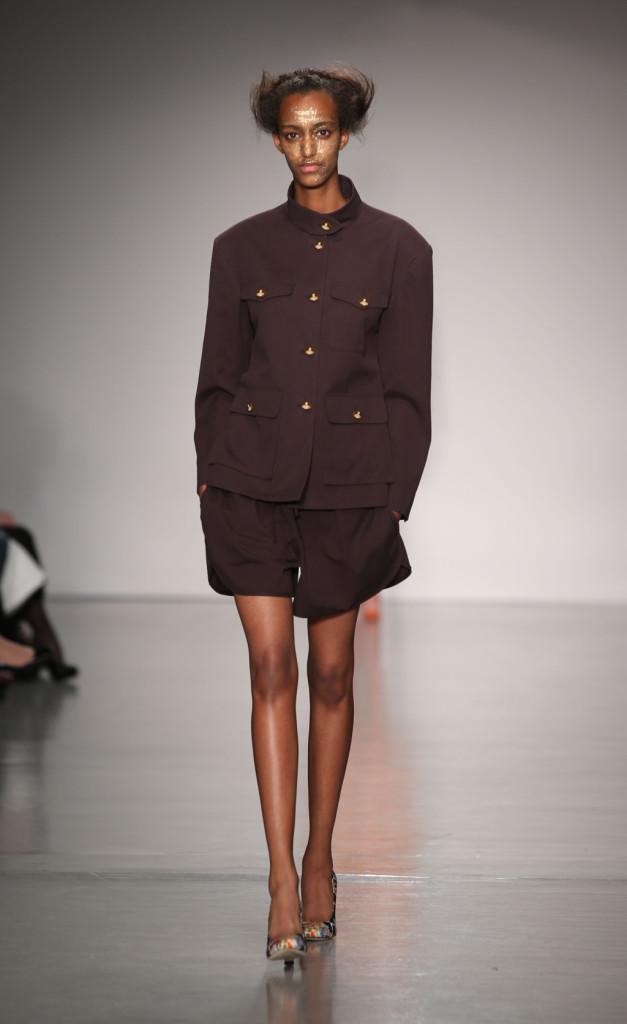 Vivienne Westwood Red Label, LFW, Primavera-estate 2015: completo giacca militare e shorts color vinaccia
