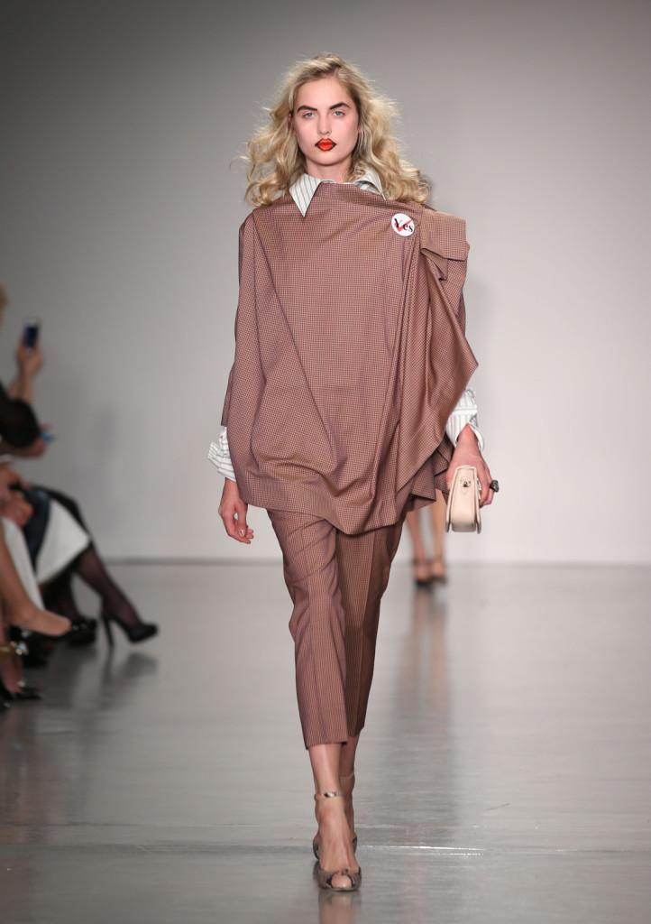 Vivienne Westwood Red Label, LFW, Primavera-estate 2015: completo a quadretti Vichy con cappa e camicia a righe con colletto oversize