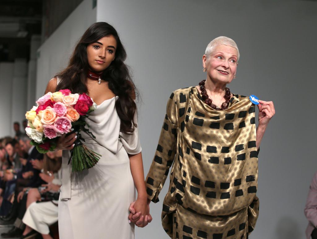 Vivienne Westwood Red Label, LFW, Primavera-estate 2015: Vivienne Westwood mano nella mano con la nipote Cora Corré mostra la spilla con la scritta YES all'indipendenza della Scozia