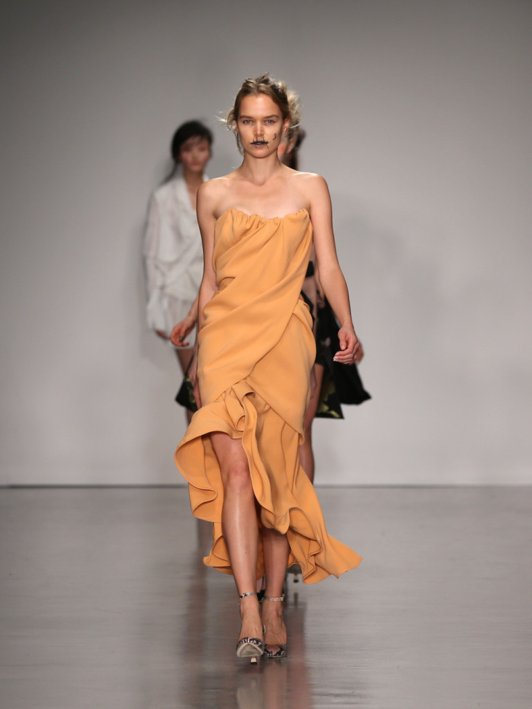 Vivienne Westwood Red Label, LFW, Primavera-estate 2015: vestito in seta leggera e volant color arancio-mandarino, la parte superiore è a bustino senza spalline