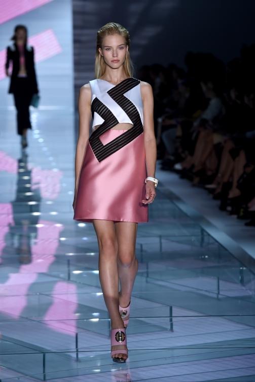Mini dress realizzato con il tessuto metallico che viene poi arricchito da micro Swarovski luccicanti, per un effetto color blocking