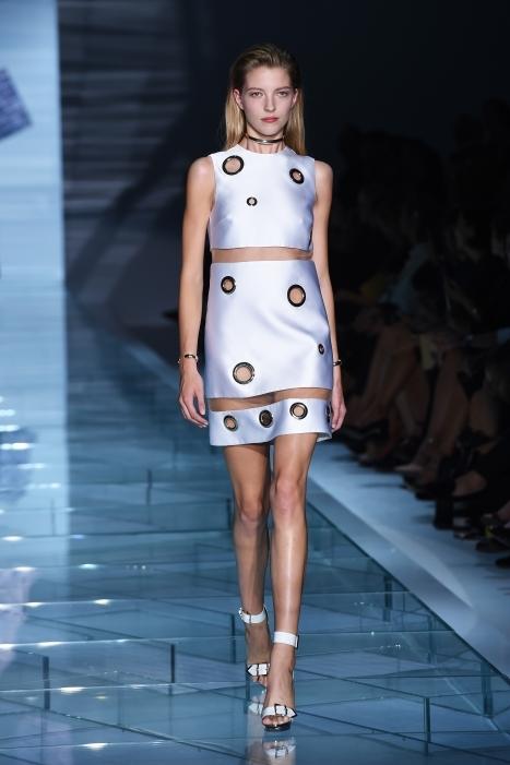 Mini dress caratterizzato da strisce di intarsi trasparenti che mettono in mostra la pelle, con pancia e l'ombelico