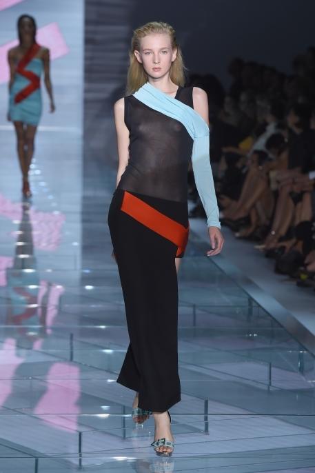 Long dress attillato nero, con intarsi azzurro e rosso
