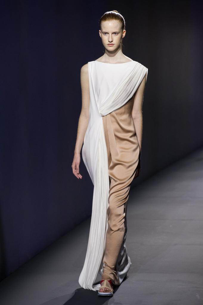 Vionnet, MFW, collezione Primavera-Estate 2015: abito lungo fasciante nei toni del beige con toga bianca drappeggiata su tutta la lunghezza