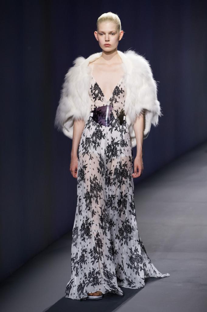 Vionnet, MFW, collezione Primavera-Estate 2015: sottoveste a fiori in tessuto trasparente, fibbia ovale trasparente in vita e pelliccia bianca come coprispalle