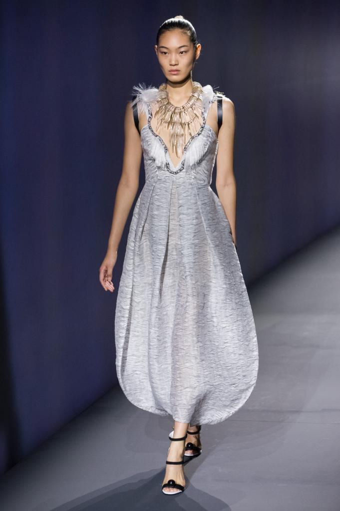 Vionnet, MFW, collezione Primavera-Estate 2015: abito con pantaloni-gonna palloncino a forma di