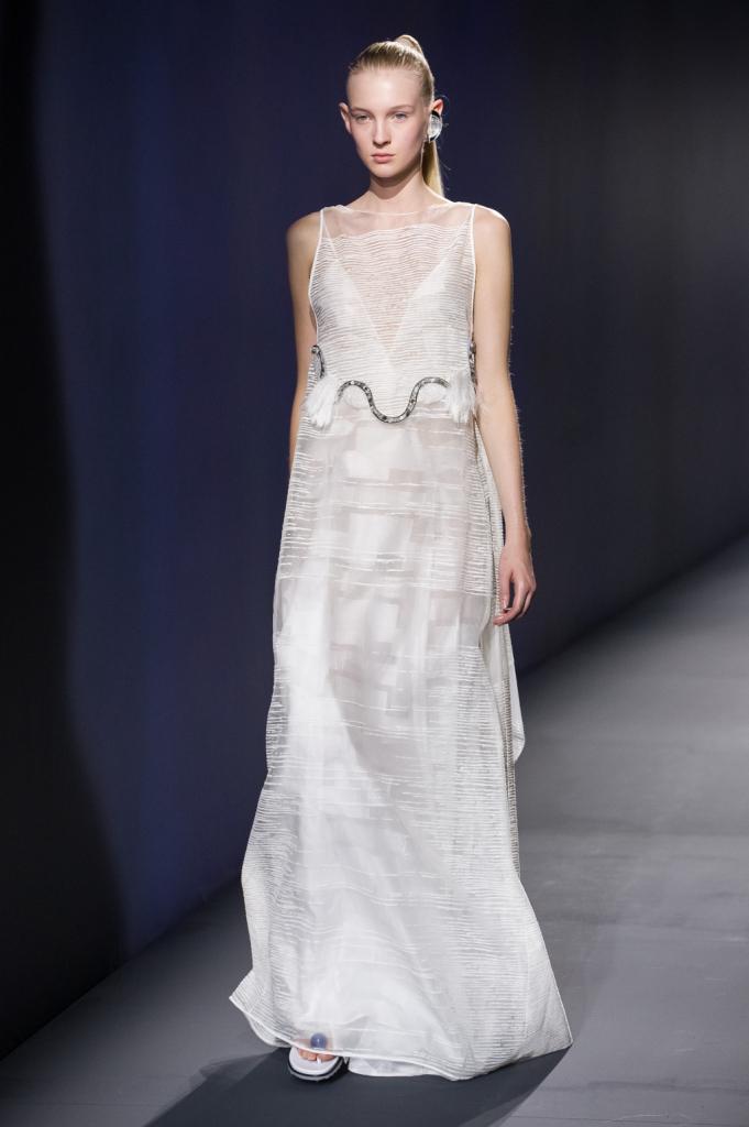 Vionnet, MFW, collezione Primavera-Estate 2015: abito-sottoveste bianco in tessuto semi-trasparente con decorazione in strass argento sul davanti