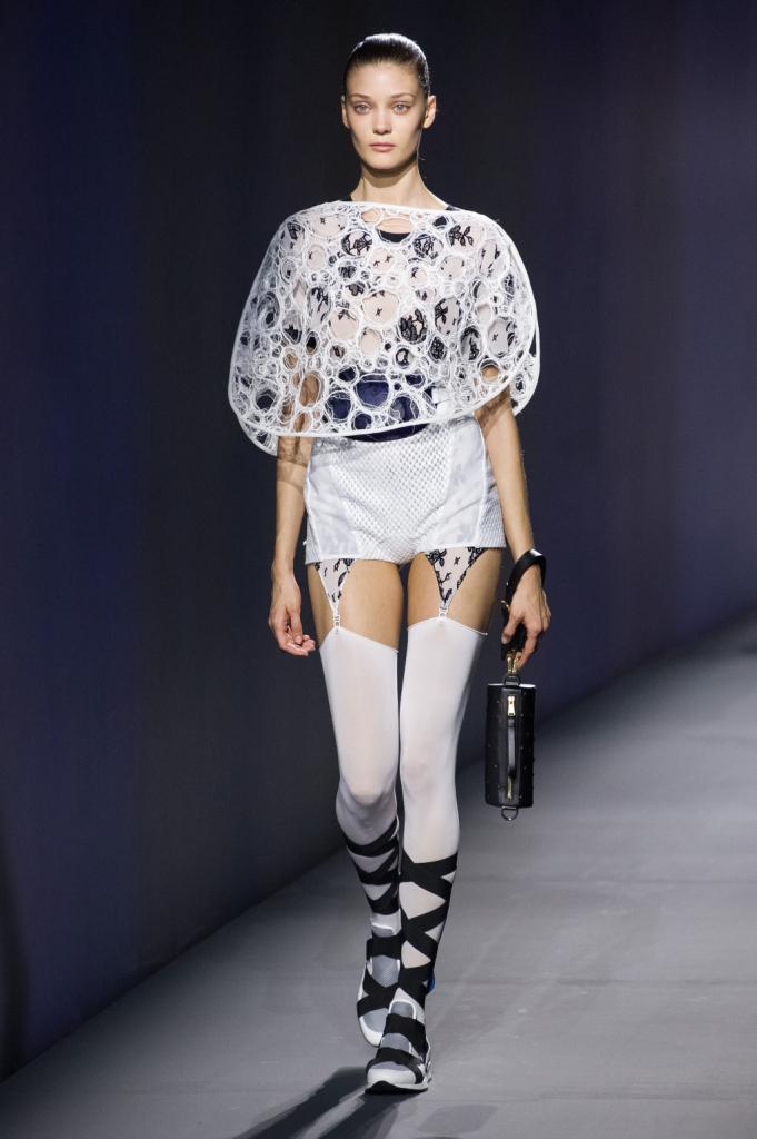 Vionnet, MFW, collezione Primavera-Estate 2015: top a fiori unito a giarrettiera bianca, cappa