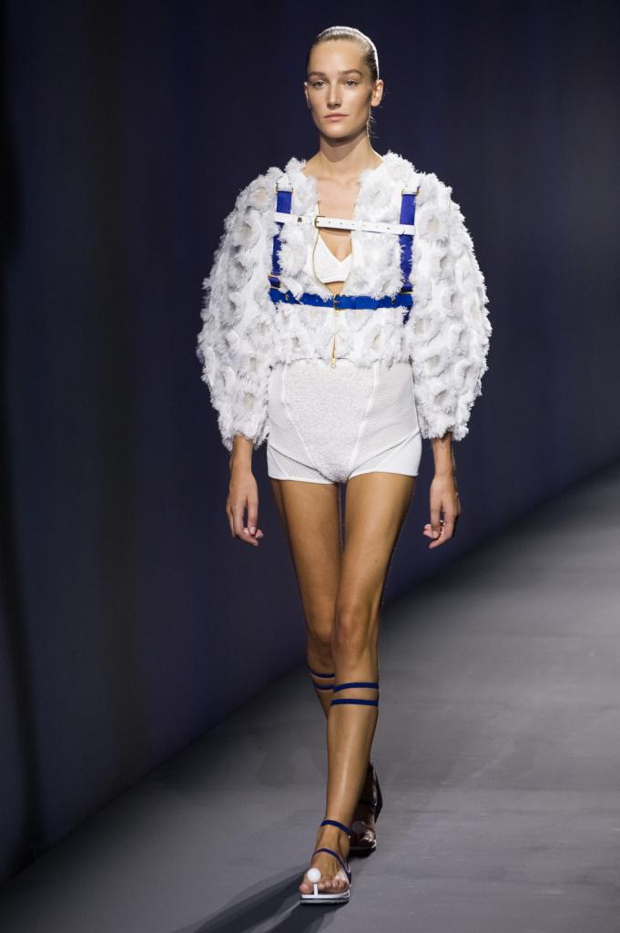 Vionnet, MFW, collezione Primavera-Estate 2015: culotte e reggiseno in tessuto bianco in spugna, giacchino con maniche a