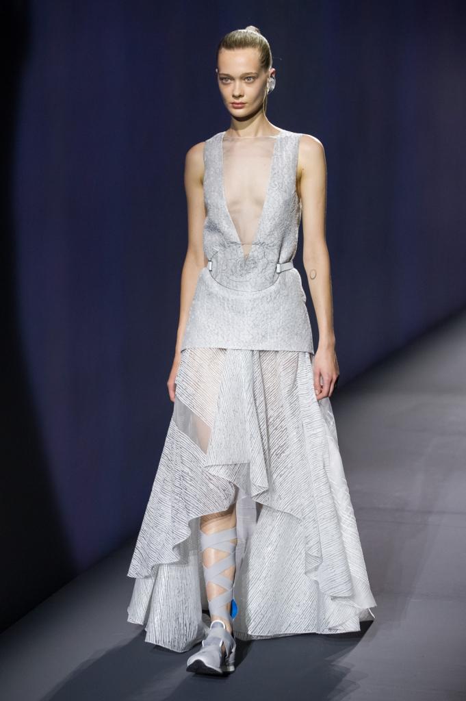 Vionnet, MFW, collezione Primavera-Estate 2015: blusa con scollo a V e pannello trasparente, gonna ampia con asimmetria