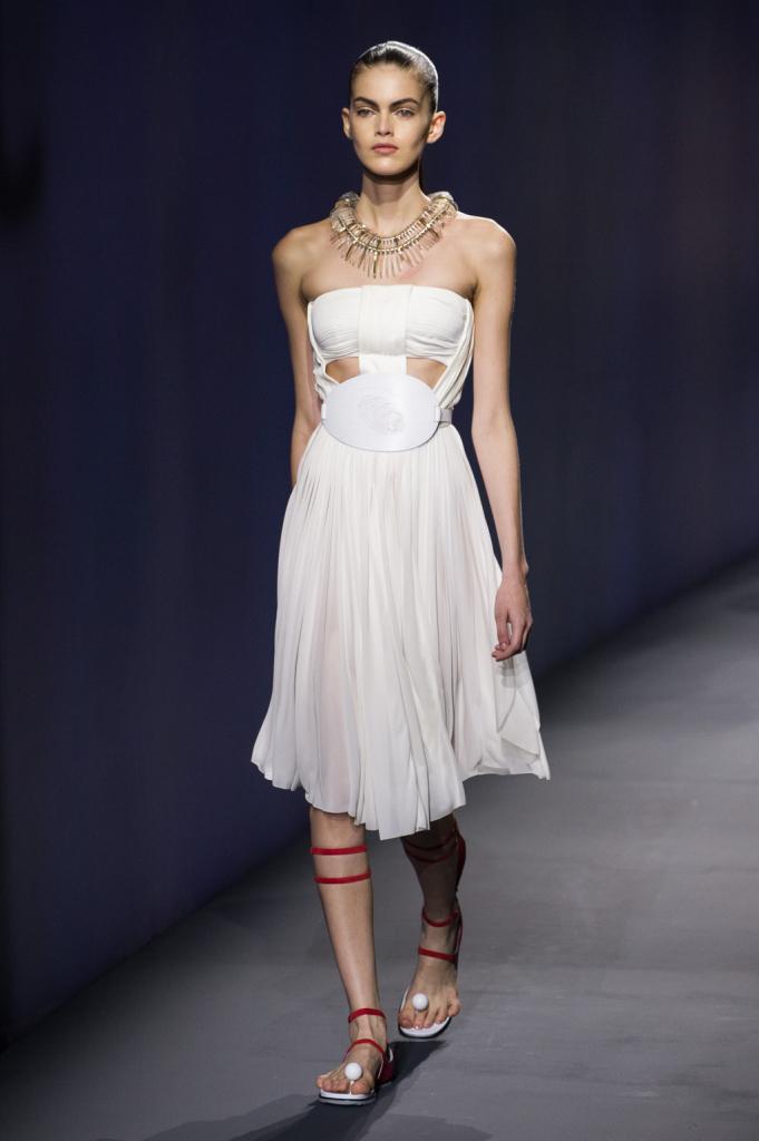 Vionnet, MFW, collezione Primavera-Estate 2015: abito a fascia bianco con gioco di drappeggi e strati di stoffa nella parte alta