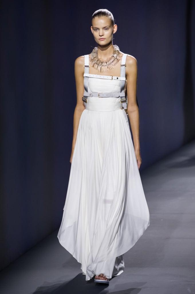 Vionnet, MFW, collezione Primavera-Estate 2015: abito lungo asimmetrico a fascia, drappeggiato, con cinghie
