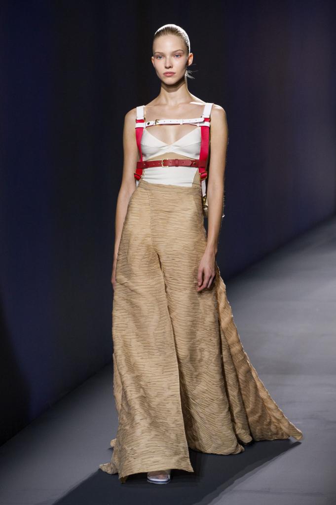 Vionnet, MFW, collezione Primavera-Estate 2015: top-sottoveste bianco, lunga gonna svasata lavorata con intarsi, in beige. Cinghie bianche e rosse
