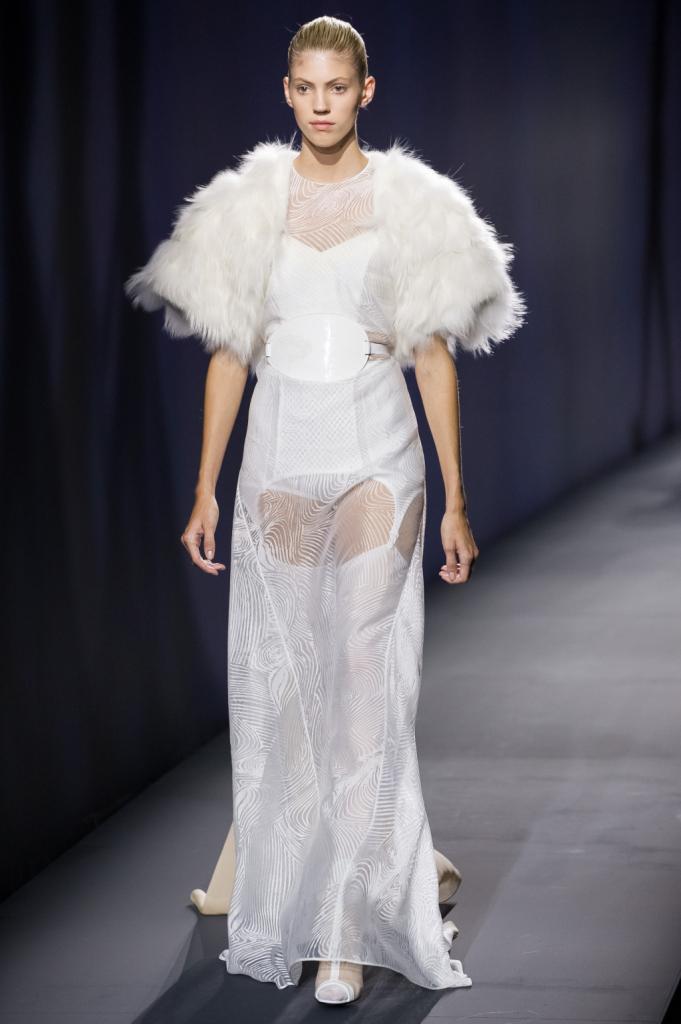 Vionnet, MFW, collezione Primavera-Estate 2015: abito lungo con trasparenze e grafismi, fibbia ovale in vita e pelliccia come coprispalle