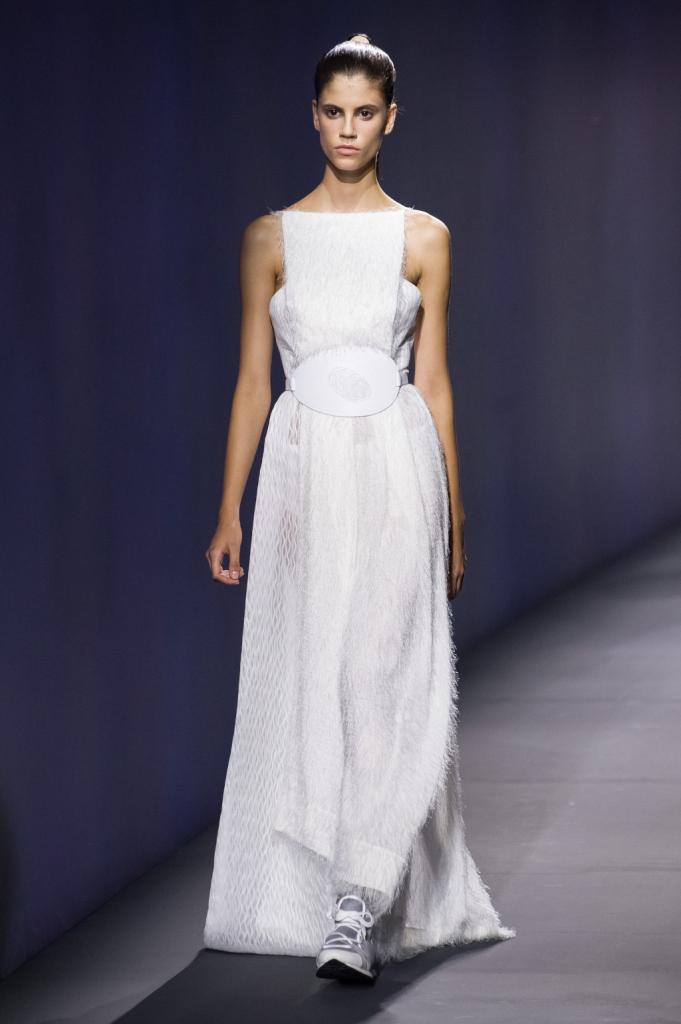 Vionnet, MFW, collezione Primavera-Estate 2015: abito lungo con top a fascia e pannello verticale al centro, gonna a più strati con gioco tessuti e lavorazioni
