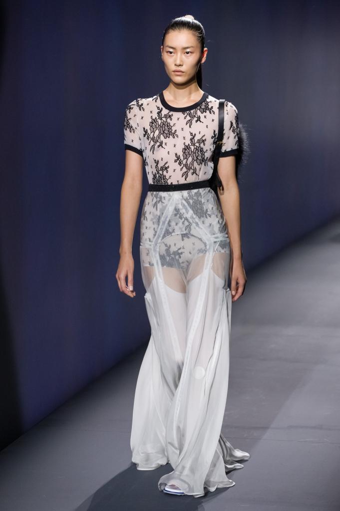 Vionnet, MFW, collezione Primavera-Estate 2015: top e culotte a fiori bianchi e neri, gonna trasparente svasata con giarrettiera in vista