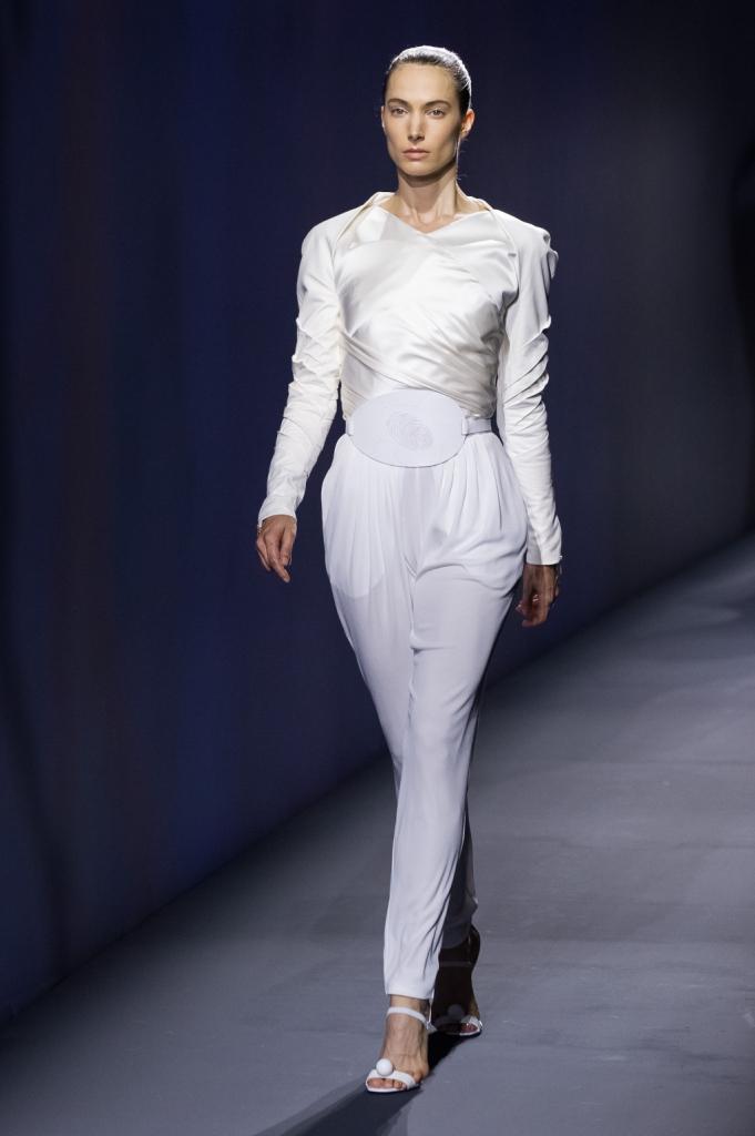 Vionnet, MFW, collezione Primavera-Estate 2015: tuta lunga bianca con corpetto a più strati fasciante, per un look