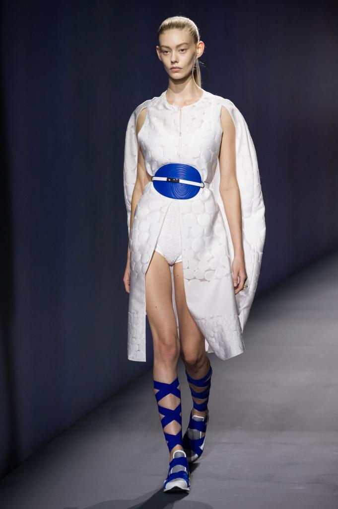 Vionnet, MFW, collezione Primavera-Estate 2015: abito bianco con tessuto lavorato a forma di cerchi, la linea si sviluppa nella parte posteriore formando una silhouette a