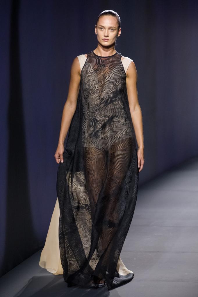 Vionnet, MFW, collezione Primavera-Estate 2015: abito lungo nero in chiffon trasparente, corpetto e culotte visibili con lungo strascico