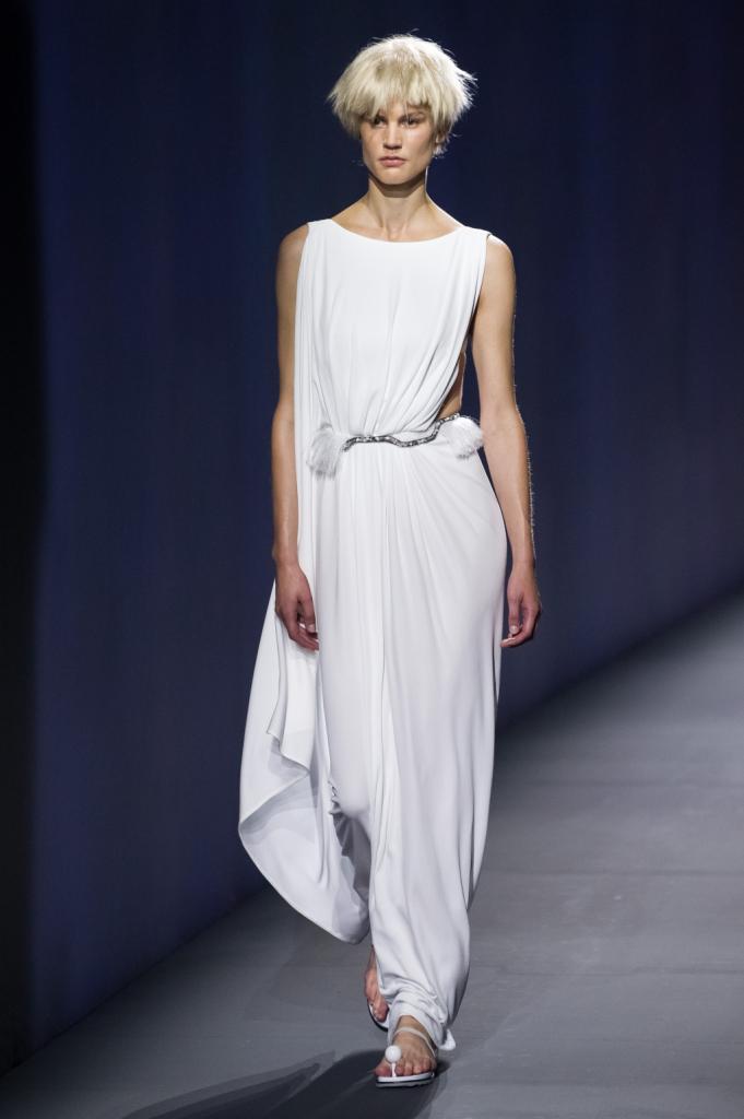 Vionnet, MFW, collezione Primavera-Estate 2015: tuta total white con importanti drappeggi che ricordano una divinità greca