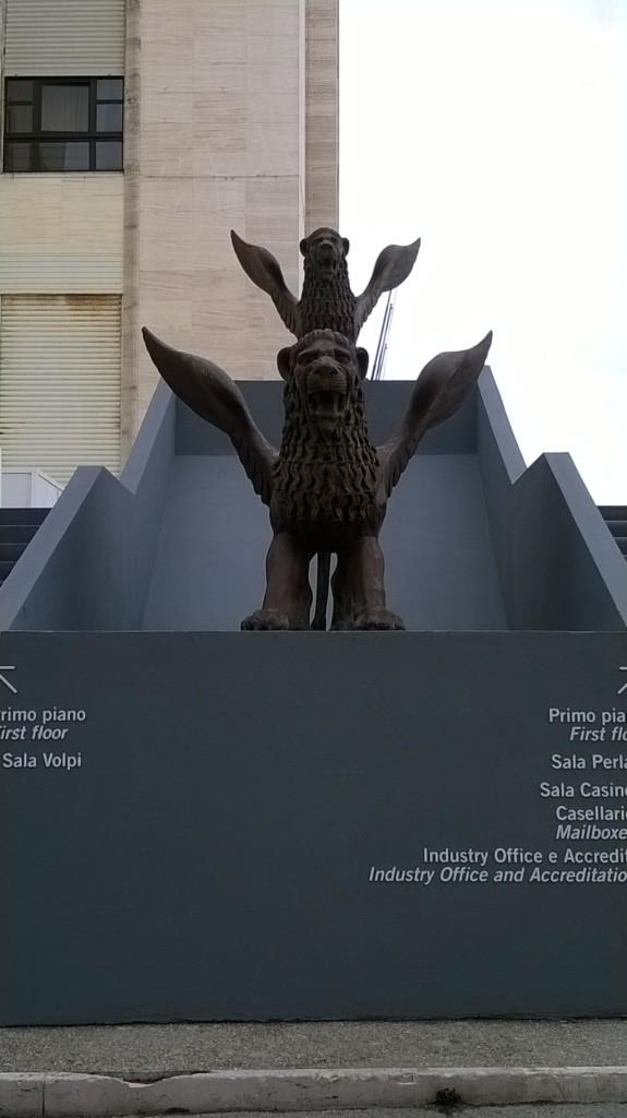 Il leone alato, simbolo della città di Venezia e statuetta d'oro del Festival