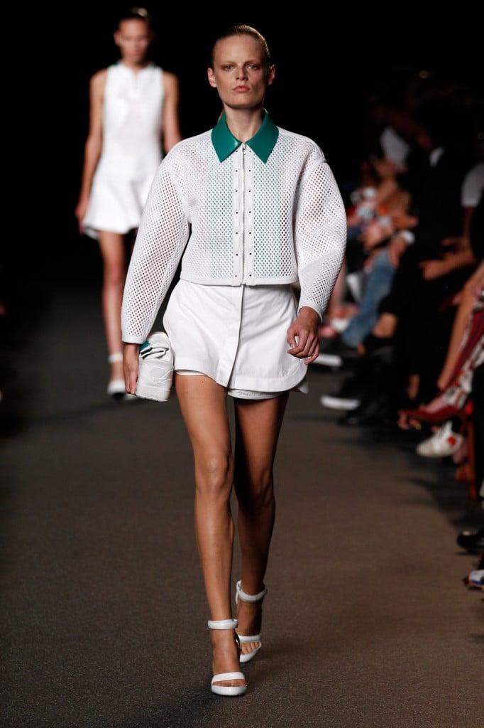 Shorts con blusa traforata in tessuto tecnico e colletto a contrasto.