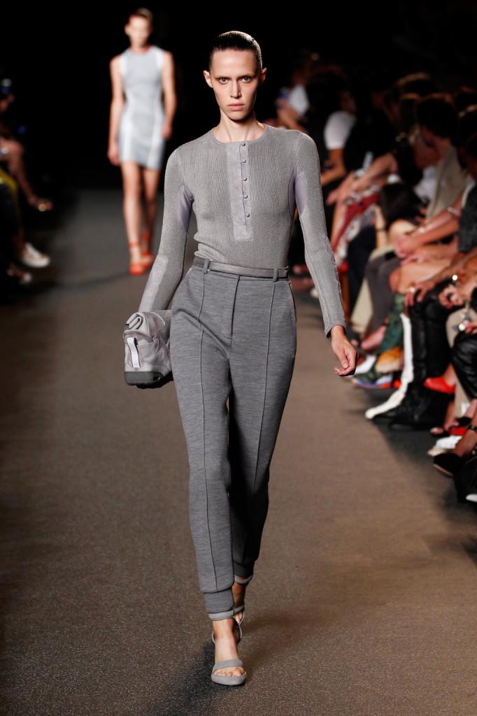 Coordinato classico con blusa in tessuto tecnico.