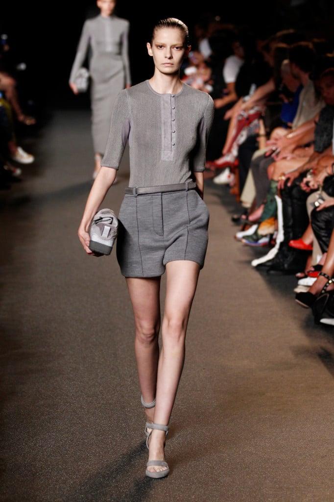 Coordinato con shorts e blusa in tessuto tecnico.