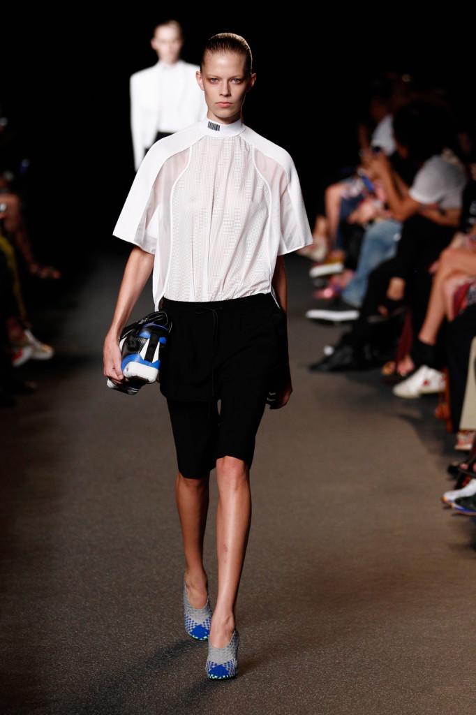 Camicia a volumi squadrati su pantalone al ginocchio.