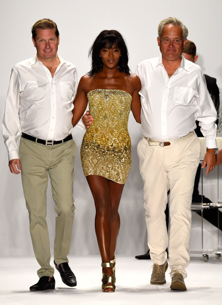 Gli stilisti a fine sfilata accompagnati da Naomi Campell