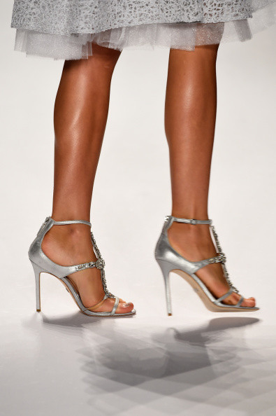 I sandali argento sfilati in passerella