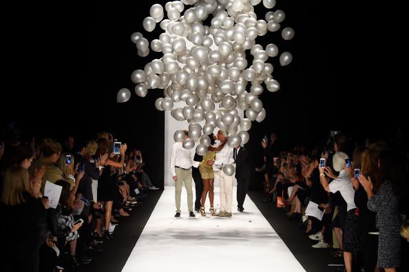La pioggia di palloncini a fine sfilata per celebrare i 25 anni del brand con Naomi Campbell