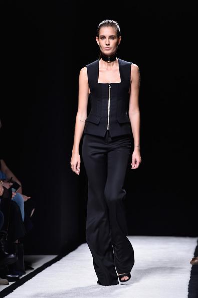 Pantalone ampio con top a scollo squadrato e zip sul davanti