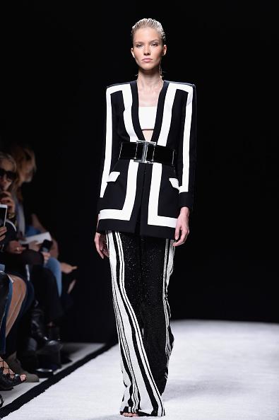 Blazer a contrasto bianco nero con pantalone ampio