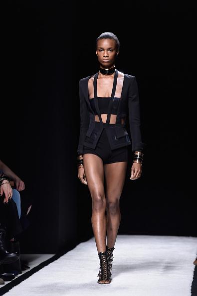 Blazer con trasparenza, fascia sul seno e shorts a vita alta