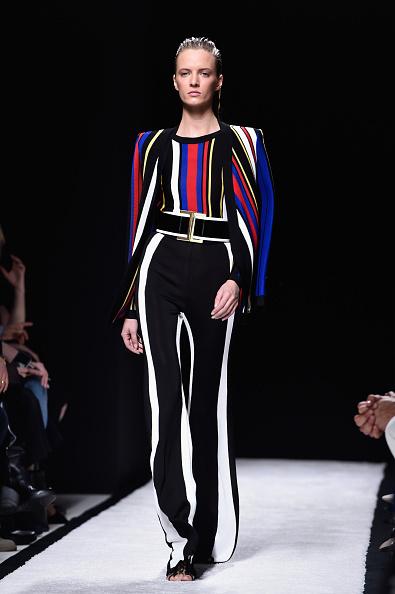 Top a righe e pantalone a vita alta con contrasto bianco nero