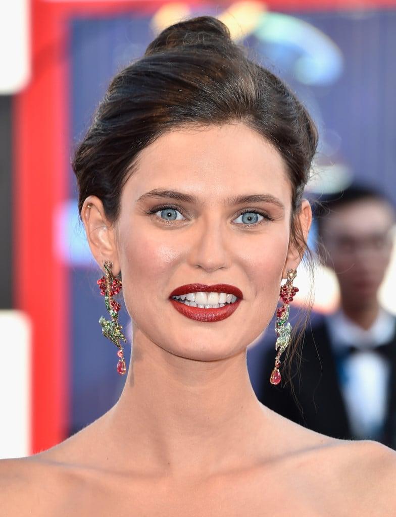 Bianca Balti è senza dubbio una fra le più belle star che hanno sfilato sul red carpet. Per lei labbra rosso fuoco e fascino innato