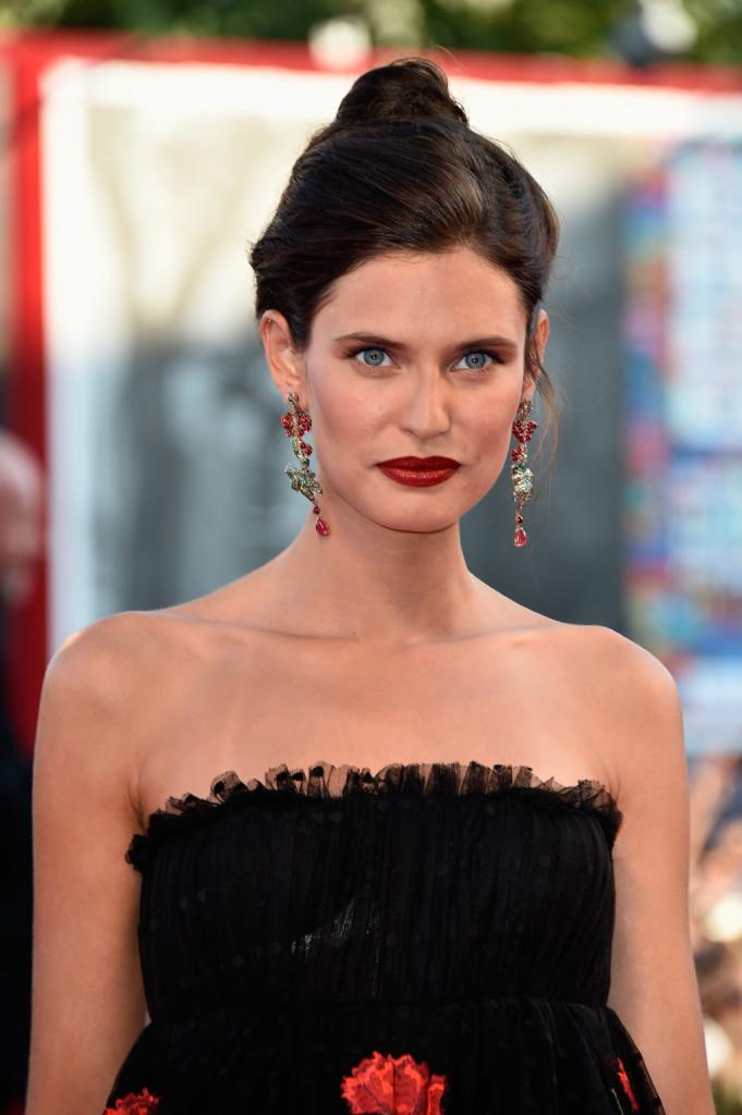 Elegante e sofisticata Bianca Balti con un chignon morbido  e alto sulla testa