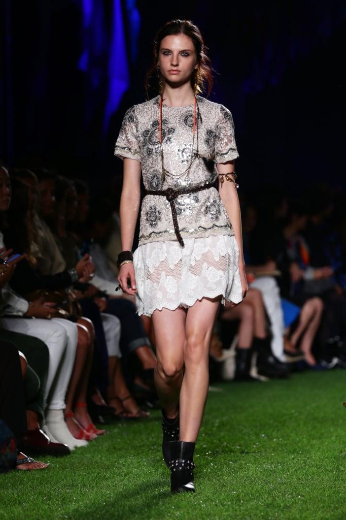 Blugirl, MFW, collezione Primavera-Estate 2015: maglia lavorata con lustrini e paillettes sui toni dell'argento, minigonna in macramè e bordo smerlato