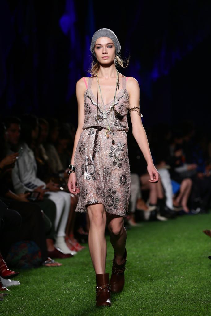 Blugirl, MFW, collezione Primavera-Estate 2015: abito-sottoveste con lustrini,  portato morbido sulla cintura che ricorda le silhouette delle Flappers anni Venti