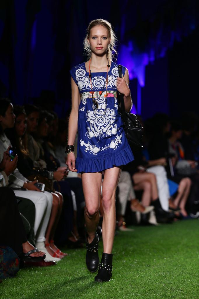 Blugirl, MFW, collezione Primavera-Estate 2015: kaftano blu acceso con ricamo floreale e bordo a corolla. La tracolla e gli stivali neri sono borchiati