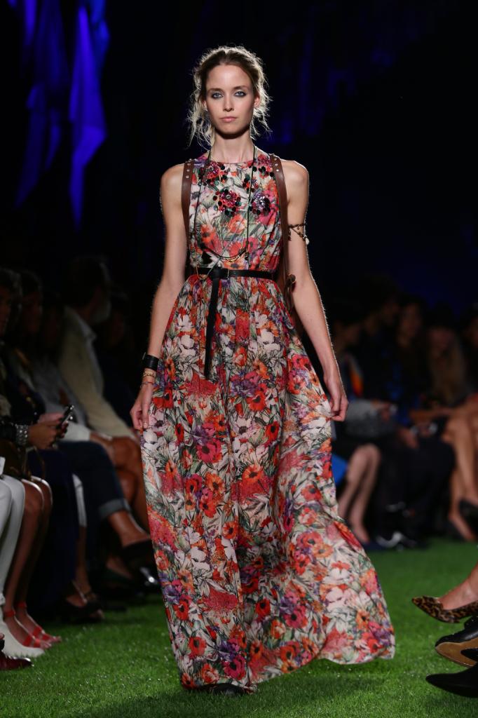 Blugirl, MFW, collezione Primavera-Estate 2015: vestito lungo a fiori in chiffon, con cintura nera strizzata in vita e backpack marrone con borchie