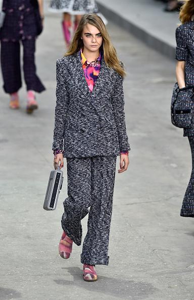 Completo Chanel in doppiopetto con camicia a stampa
