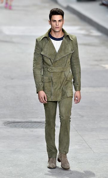 Unico modello maschile della sfilata con parka e pantalone in colore militare